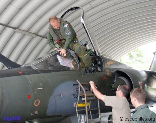 Le LCL Faivre prend place dans le cockpit d'un F1-CT du Neu-Neu