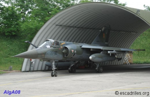 Mirage F-1 CT quittant son arche de protection au 2/30