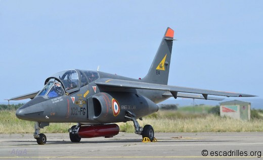 Pilote d'Alphajet en cours de check-list