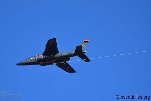 """L'Alphajet, en action de """"biroutage"""". Le pilote est directeur des tirs"""