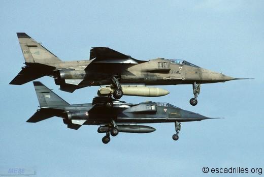 Deux avions du 1/7 en finale en 1994, avec camouflage Irak et centre-Europe