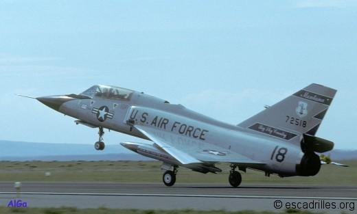 Le F-106B conserve les capacités opérationnelles du monoplace