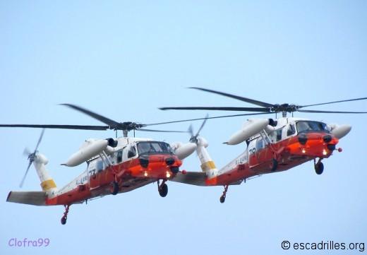 Patrouille de USH-60 de SAR, avec bidons de pétrole