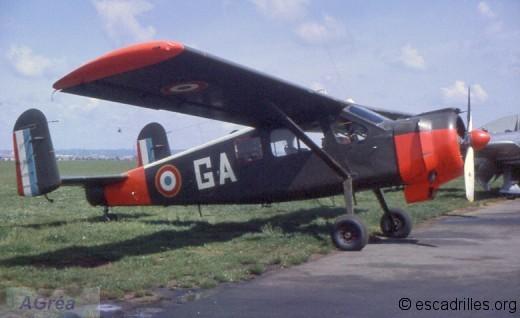 Le Broussard n°315 détaché de la 5ème EC à la BA.942 et basé à Lyon-Bron (1964) il porte le code « GA » (ZAD de la 4ème RA) et sur le côté gauche, l'insigne de la BA 942