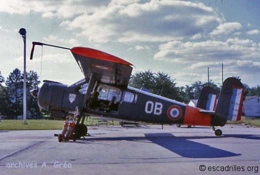 le « 11-OB » n°08 (24 avril 1975). C'est le troisième des 17 MH1521M de présérie ces appareils ont été mis au standard et utilisés dans les unités de l'AA (on notera le bâti moteur rallongé avec volets de capot et la porte « para » coulissante)
