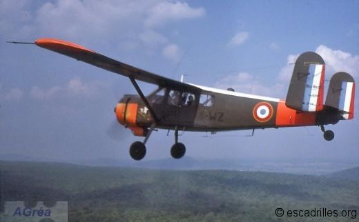 Le « 4-WZ » n°163 de la 4è EC en vol entre Luxeuil et Metz le 16 mai 1975,  décoré de l'insigne de la SALE de la « 4 » (probablement le plus réussi de tous) à noter les codes noirs (comme sur le « 30-QN », voir plus haut)