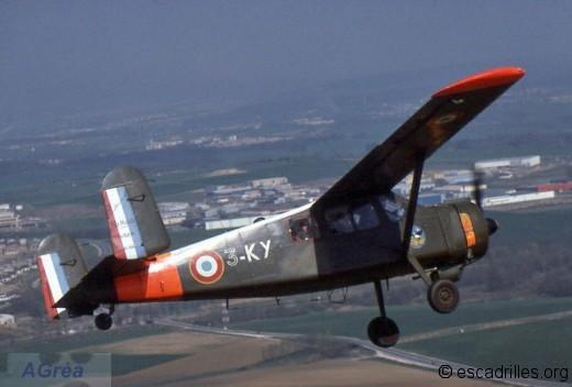 Le « 3-KY » n°304 de la 3è EC en mission de parachutage pendant les championnats militaires (mars 1977) à Nancy; il sera accidenté lors d'un entraînement en mai 1978 et réformé