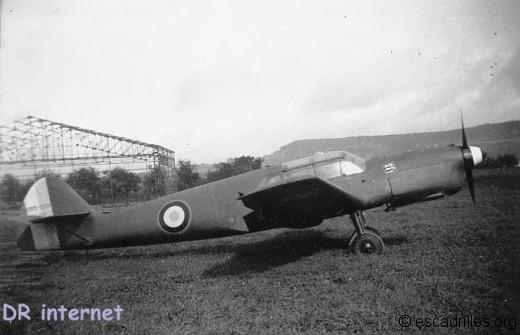 Nord 1002 (ex- N1000) n°26 de l'Escadron Normandie-Niemen septembre 1946; en plus de l'insigne du NN, il a la casserole d'hélice tricolore (comme les Yak 3)