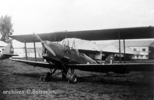 Tiger Moth portant l'insigne du GC I/2 Cigognes sur sa dérive