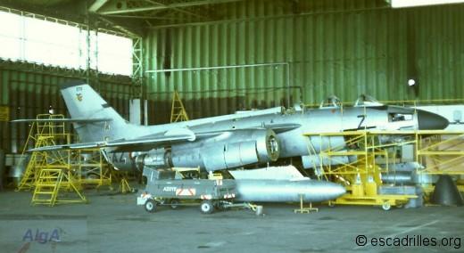 Très peu d'avions dans le hangar de l'escadron