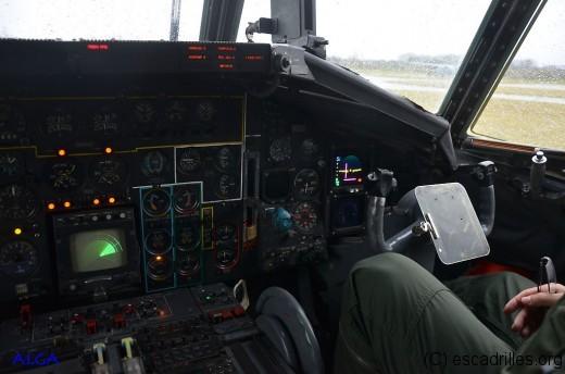 Le poste du commandant de bord; on note le scope radar, bien utile pour rejoindre un ravitailleur ou un terrain sommaire (balisé)