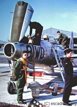 Michel Brisson, au pied d'un F-84G, photographié par Gérard Schaub (également pilote)