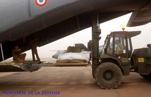 Préparation du chargement sur l'aérodrome de Gao