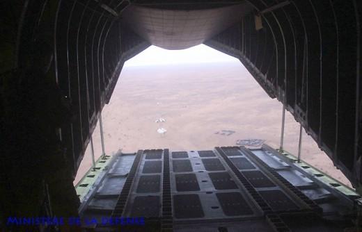 Aéro-largage de l'ensemble sur le poste dans le désert