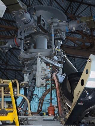 Une tête de rotor de Super Puma: on devine que la mécanique doit être surveillée de près