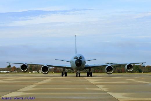Les nobles lignes du C-135FR '735' à son arrivée à Langley
