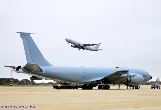Notre Boeing '435' regarde d'un oeil impassible le tout jeune Voyager