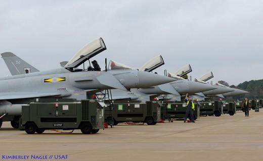 Les quatre Typhoon avec leur logistique de parking