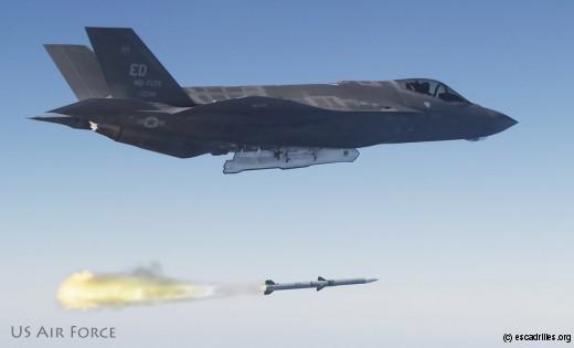 F-35 tirant un des deux AIM-120 qu'il emporte en soute