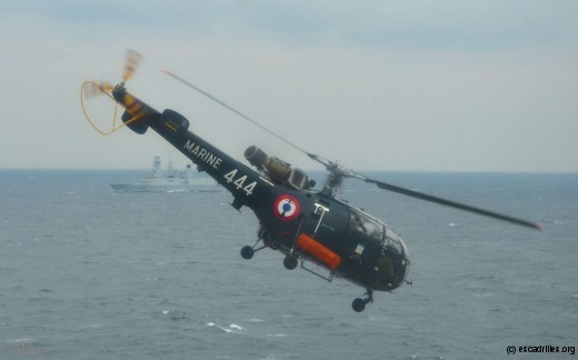 Pas d'opération aérienne sans Pedro, ici un Alouette III 35F (en arrière-plan, la FDA Chevalier Paul)