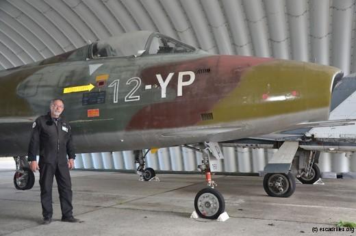 Le chef de hangar devant un SMB2 parqué dans une des astro-arches