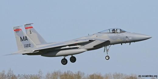 Un F-15 du 104e FW, aux prises avec un coup de vent latéral