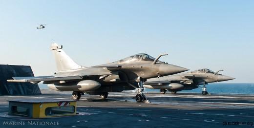 Catapultage de Rafale Marine équipés de missile type SCALP, dans le Golfe Arabo-Persique, le 1er février 2016