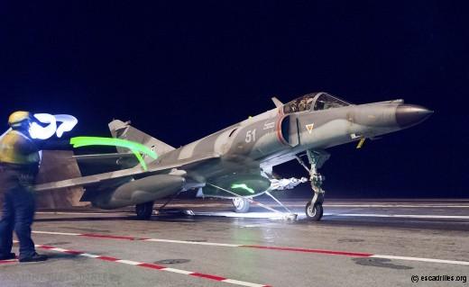 30 novembre 2015: catapultage d'un Super Etendard en mission de guerre, armé de bombes GBU 39.