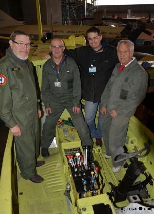Autour d'Yvon, l'équipe en charge de la restauration du B-26C