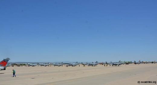 Une vue partielle du parking. Deux lignés de chasseurs, le hélicoptères, les AWACS sont dans notre dos !