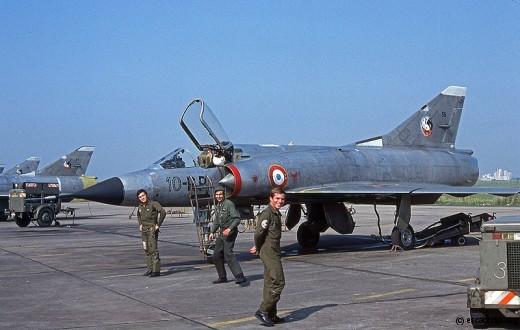 Août 1977: facétieux pilotes et mécaniciens du 2/10 se plaisant à poser devant un IIIC ...