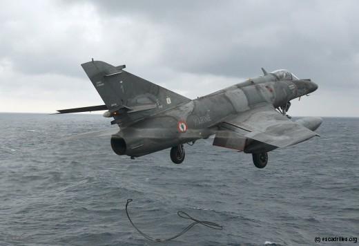 Le 17F-1 abandonne sa dernière élingue au moment de quitter le porte-avions Charles-de-Gaulle, en mars dernier