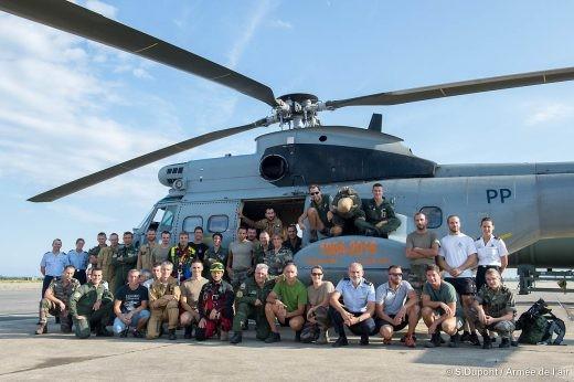 L'AS-332C n°2093 entouré du personnel de l'EH 1/44: un bien bel hélico au service d'une belle unité