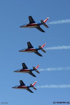 Belle formation avec un mix d'avions décorés