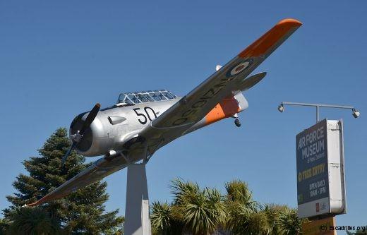 C'est un T-6 rutilant qui signale l'entrée du RNZAF Museum de Wigram