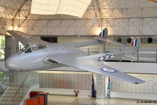 Surplombant le mémorial des 800 aviateurs kiwis tués au combat, un joli Vampire FB5