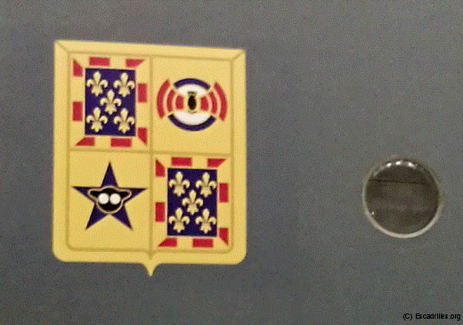 L'insigne du Touraine, vu en gros plan, avec dans le quartier supérieur droit la BR 113 (Chauve Souris), et dans le quartier inférieur gauche, la VB 101 (Tête de Hibou)