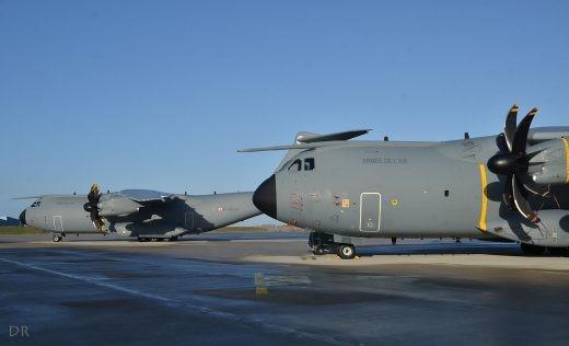Deux des Airbus au standard 1.0, 'logistique only': le 031 et le 010 (avec insignes du Touraine et de la ville de Cambtai)