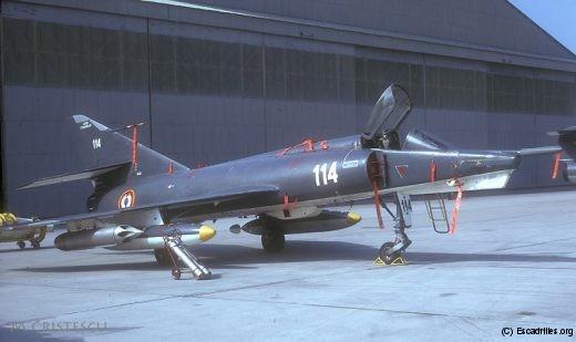 Le 114 avec deux paniers à roquettes, vu en 1973