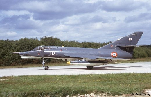 Vu en 1972, le 117 nous montre ses bidons jaunes, signe distinctif de la 16F