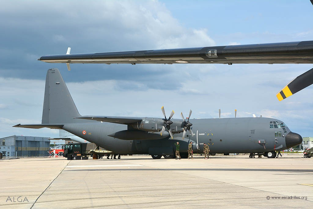 C'est un C-130H-30, le 5226 'PK', mais sortant de révision avec une peinture neuve !